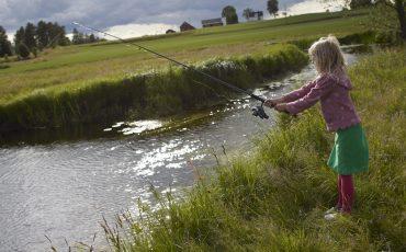 Bild på flicka som fiskar i Ätran.