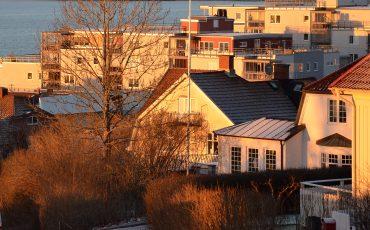 Bild på byggnader i Ulricehamn i kvällsljus.