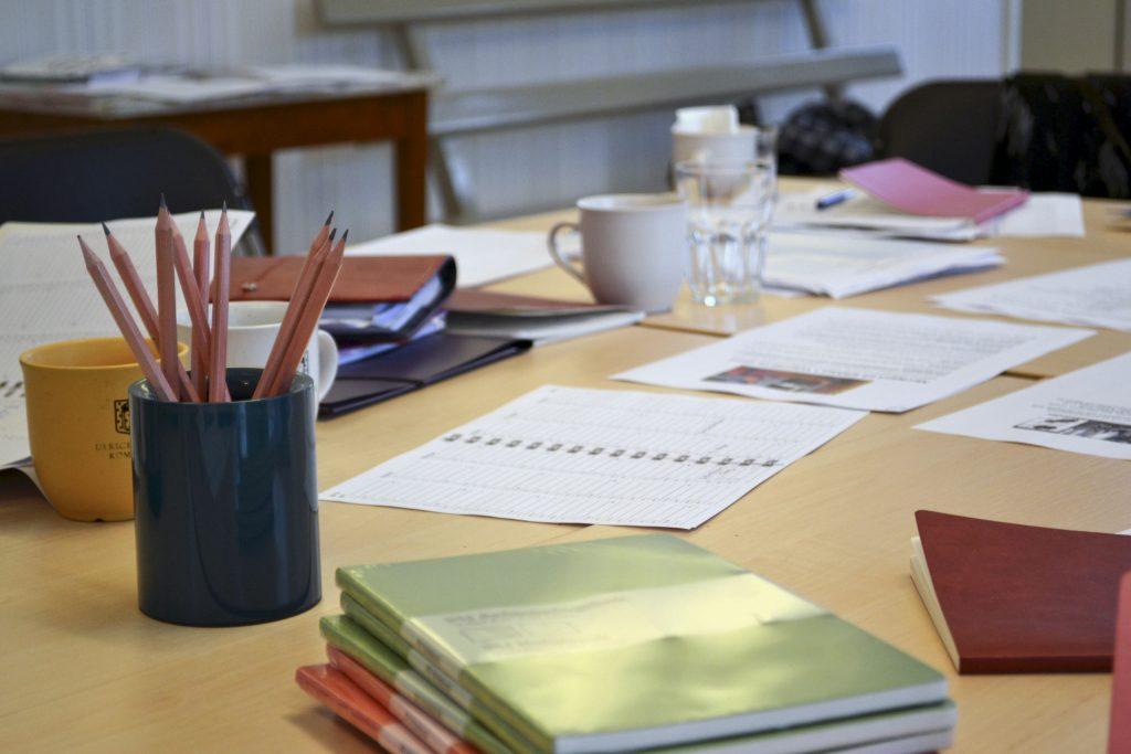 Arbetsbord med kontorsmaterial