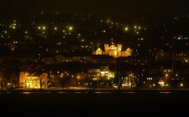 Bild på Folkets hus upplyst i kvällsmörkret.