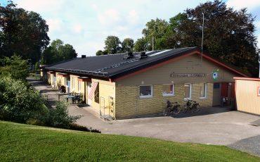Bild på Kvarnlyckans förskola som är ett envåningshus i gult tegel.