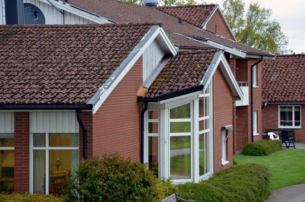 Bild på Ekero i Gällstad. En rosaröd byggnad med vita fönster.