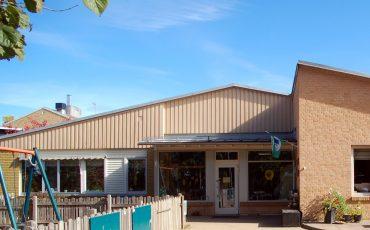 Bild på Gällstads förskola som är en enplansbyggnad i beige trä.