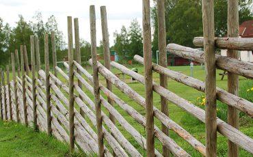 Ett staket gjort av trä.