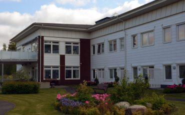 Bild på Ryttershov i Ulricehamn. En vitröd byggnad i två våningar