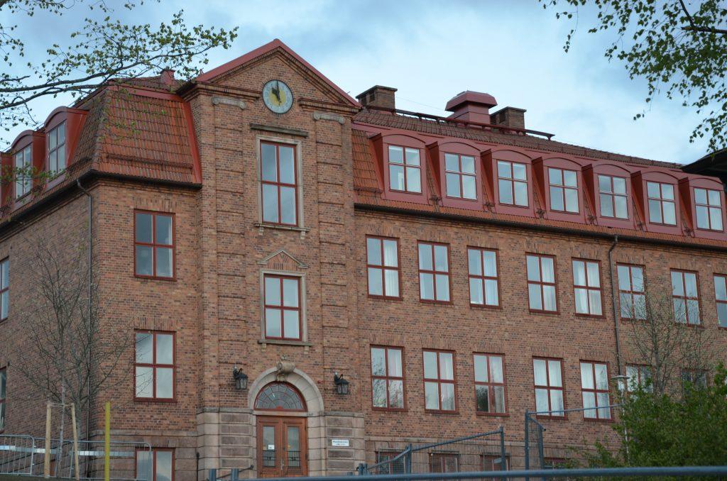 Bild på Bogesundsskolans övre skola. En stor tegelbyggnad i rött med flera våningar