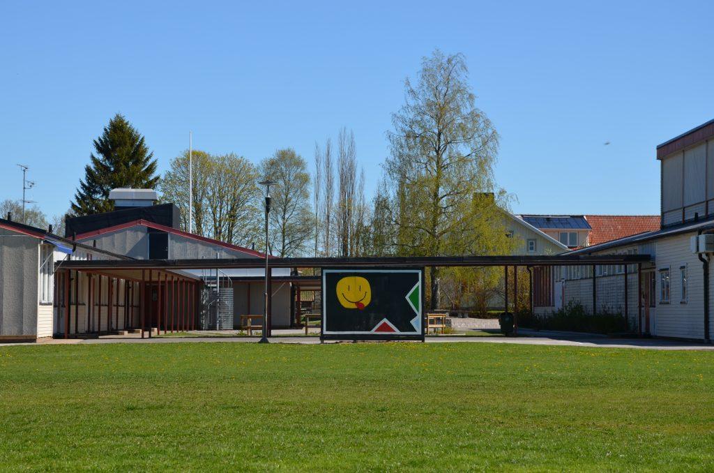 Bild på Dalums skola samt en gräsyta som ligger i förgrunden.