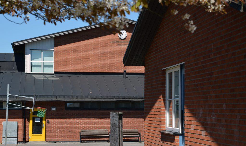 Bilden visar del av Marbäcks skola som är en byggnad i rött tegel i två våningar