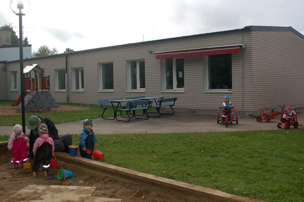 BIld på förskolan i Älmestad som är en vit tegelbyggnad med röd markis.
