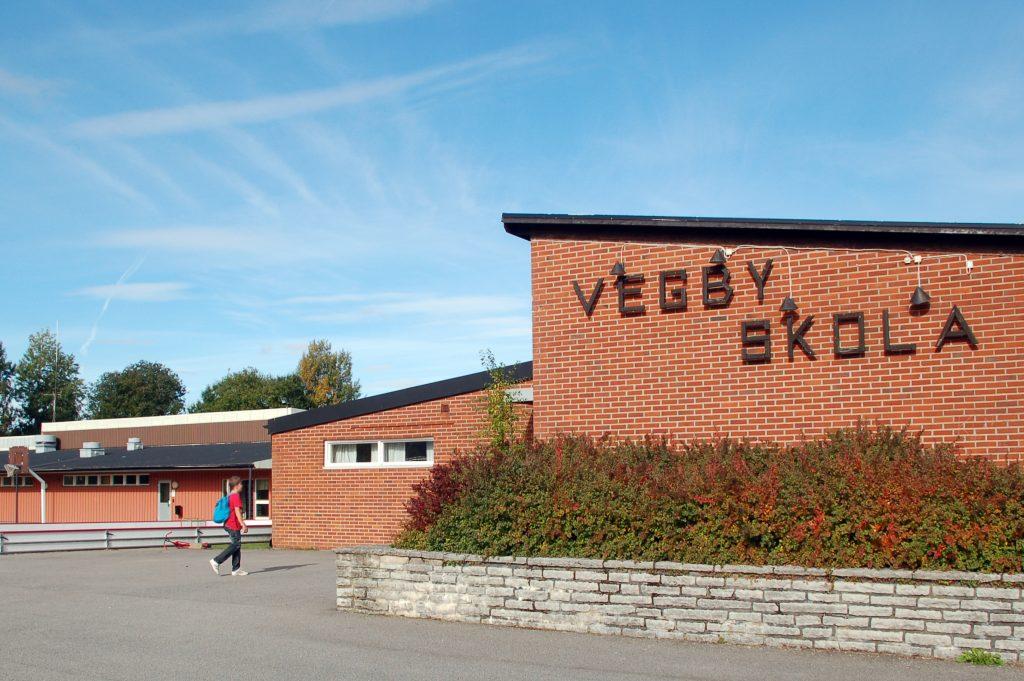 Bild på Vegby skola som är en röd tegelbyggnad