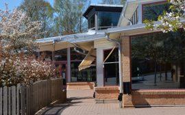 Bild på entrén av Gällstad skola som har stora glaspartier.