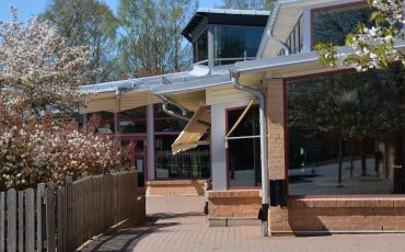 Bild på entrén av Gällstad skola