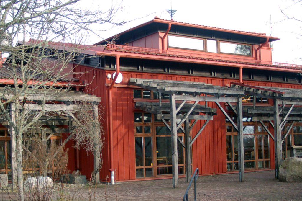Bild på delar av Tvärreds skola som är en byggnad i rött trä