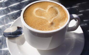 Kaffekopp med mjölk format till ett hjärta