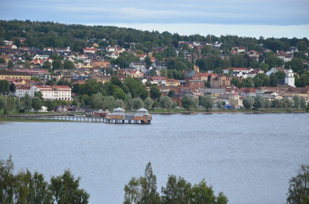 Bild på vy över Ulricehamn med kallbadhuset och Åsunden.