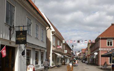 Gågatan i Ulricehamn som visar skyltar på olika verksamheter
