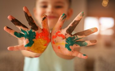 Bild på barnhänder med färg på
