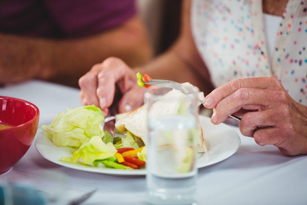 Äldre person som äter lunch