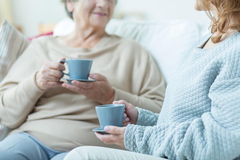 Bild på två personer som dricker kaffe