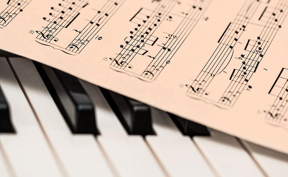 Noter som ligger på ett piano