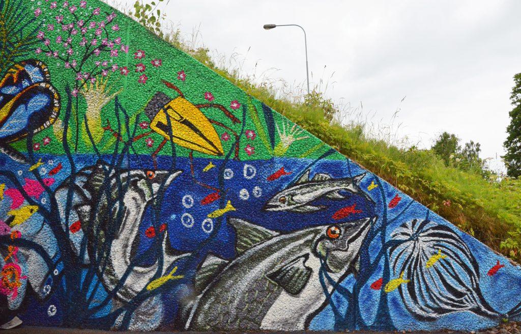 Bild på vattendjur som street-art i kanten av gångtunnel