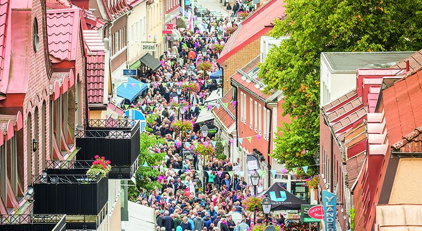 Bild på folkmassa längs Storgatan under Smaka på Ulricehamn