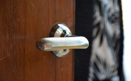 Bild på dörrhandtag.