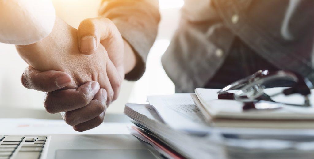 Handslag på kontor