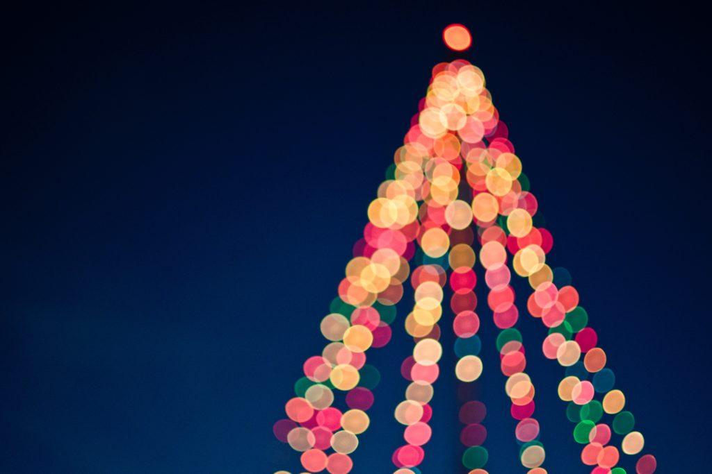Ljus i en julgran Foto: Tim Mossholder on Unsplash