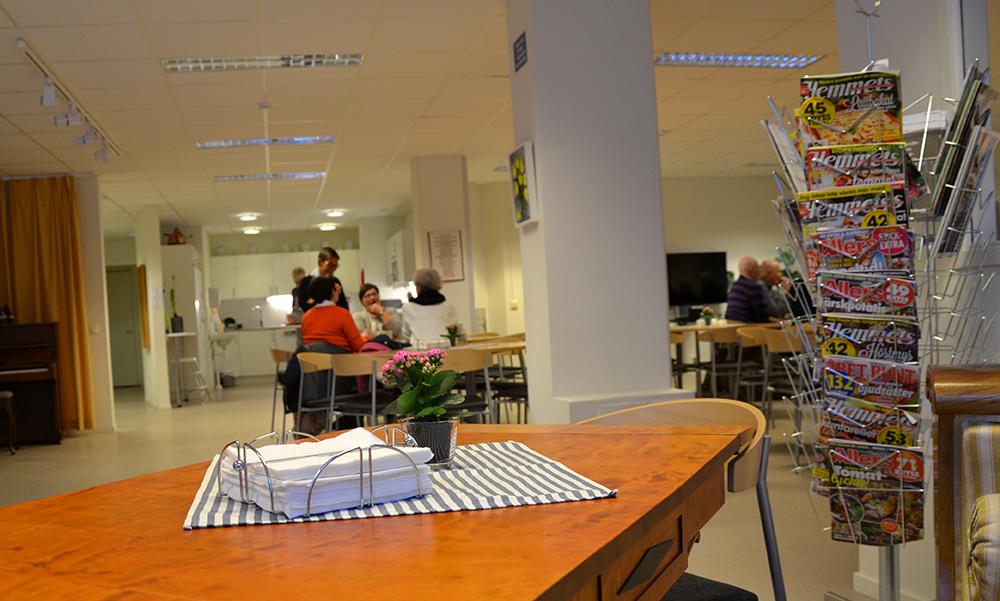 Bild på ett bord där några personer sitter