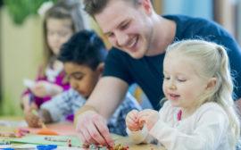 Bild på pedagog och barn på en förskola