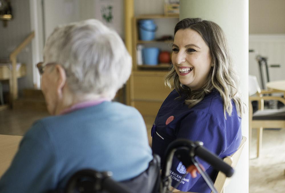 Bild på personal med en äldre kvinna.