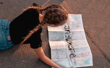 Flicka som läser