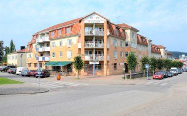 Bild äver Krämaren, en gul tegelbyggnad