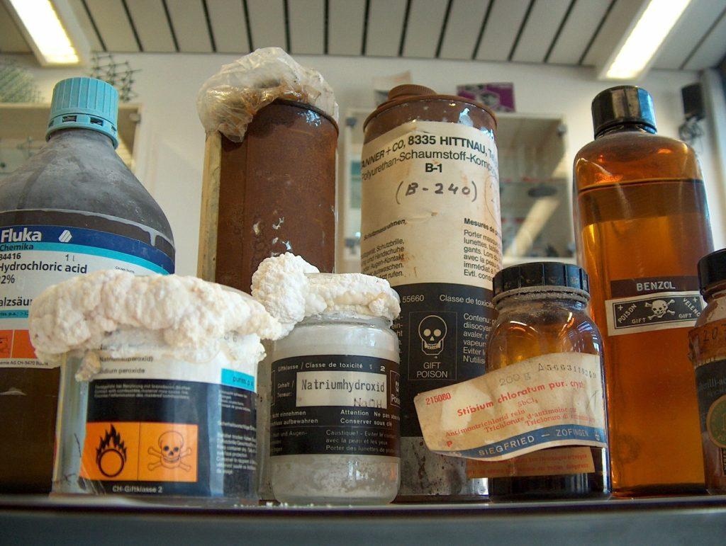 flaskor med kemikalier