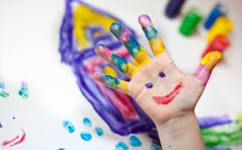Bild på en hand som är målad