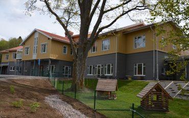 Bild på Tre Rosors förskola. En gul byggnad i två våningar.