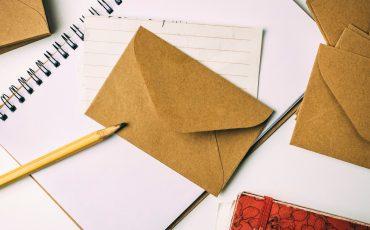 bild på brev penna och anteckningblock