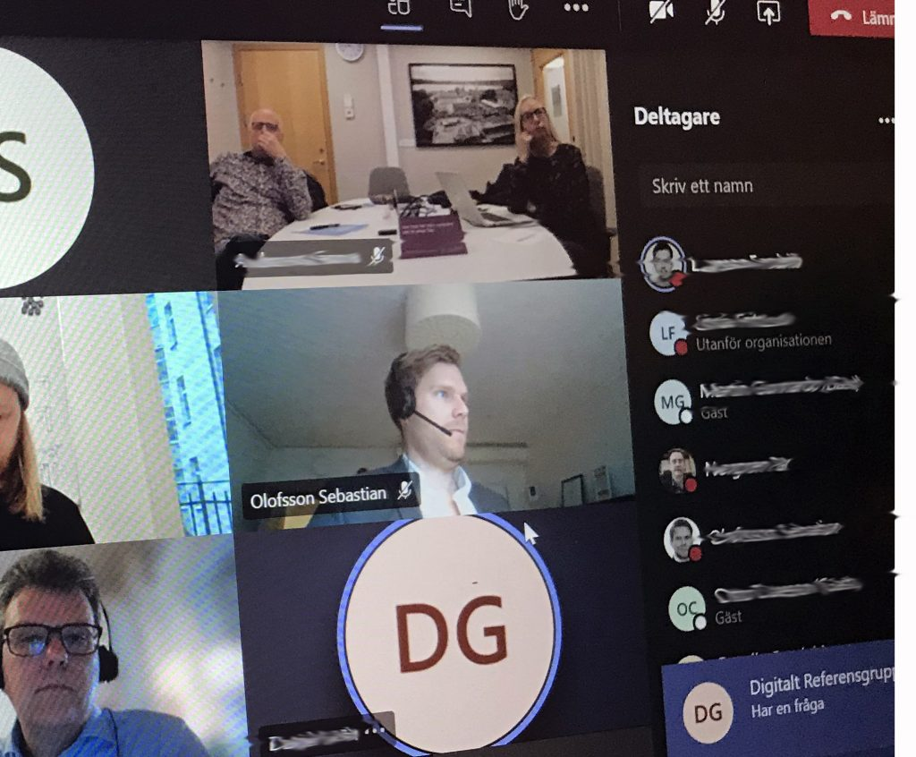 Bild på en skärm som har ett digitalt möte via teams. flera deltagares bilder visas på skärmen.