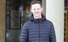 Säkerhetssamordnare Jesper Johansson framför Stadshuset