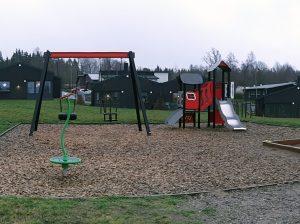 Vy över Avenboksgatans lekplats.