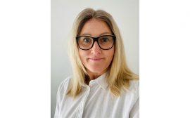 Cathrine Croona, en kvinna i medelåldern med svarta glasögonbåhar och blont axellångt hår.