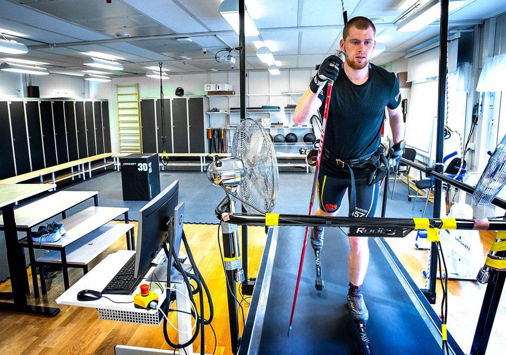 Person som tränar på en skidträningsmaskin