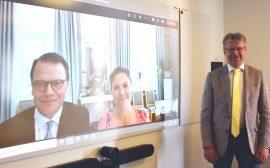 Roland Karlsson med kronprinsessparet vid en skärm