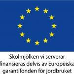 En bild på den europeiska flaggan, blå med en cirkel av gula stjärnor. Under står texten: skolmjölken vi serverar finansieras delvis av europeiska garantifonden för jordbruk.